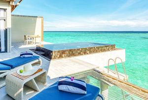 Villa sur pilotis lever de soleil sur lagon avec piscine privée